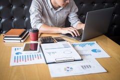 Verifica di lavoro del ragioniere dell'uomo d'affari e calcolare dichiarazione finanziaria annuale finanziaria del bilancio di ra fotografia stock libera da diritti