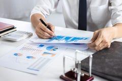 Verifica di lavoro del ragioniere dell'uomo d'affari e calcolare i dati finanziari di spesa sui documenti del grafico, facenti fi fotografie stock libere da diritti