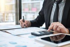 Verifica di lavoro del ragioniere dell'uomo d'affari e calcolare i dati finanziari di spesa sui documenti del grafico, facenti fi immagine stock libera da diritti