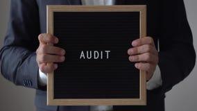 Verifica di parola dalle lettere sul bordo del testo in uomo d'affari anonimo Hands video d archivio