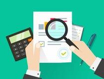 Verifica finanziaria, verificante processo di imposta, strato di carta con le mani Fotografia Stock Libera da Diritti