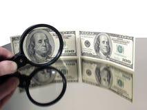 Verificación de la autenticidad del dinero Foto de archivo libre de regalías