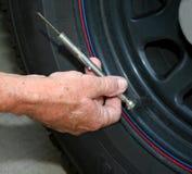 Verificación de la presión de neumático. Foto de archivo
