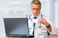 Verificación madura del doctor algunas medicinas Imágenes de archivo libres de regalías