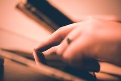 Verificación segura de la clave sobre un smartphone en una tableta imágenes de archivo libres de regalías