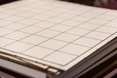 Verificadores grandes de madeira do tamanho que jogam a tabela sob a luz limpa fotos de stock