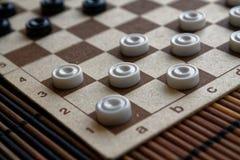 Verificadores no tabuleiro de damas pronto para jogar Conceito do jogo Jogo de mesa passatempo verificadores no campo de ação par imagem de stock