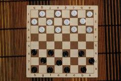 Verificadores no tabuleiro de damas pronto para jogar Conceito do jogo Jogo de mesa passatempo verificadores no campo de ação par fotografia de stock royalty free