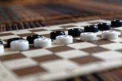 Verificadores no tabuleiro de damas pronto para jogar Conceito do jogo Jogo de mesa passatempo verificadores no campo de ação par fotos de stock royalty free
