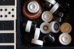 Verificadores no tabuleiro de damas pronto para jogar Conceito do jogo Jogo de mesa passatempo verificadores no campo de ação par imagens de stock