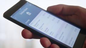Verificando a atividade da operação bancária usando-se depositando o app video estoque