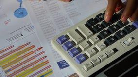 Verificando dados financeiros na calculadora gráfico de negócio de exame video estoque