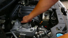 Verificando o óleo de motor video estoque