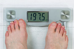 Verificando o peso corporal na escala Fotos de Stock