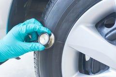 Verificando o pneu Fotografia de Stock