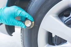 Verificando o pneu Imagens de Stock