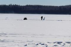 Verificando para fora um boneco de neve só no meio de um lago congelado Foto de Stock