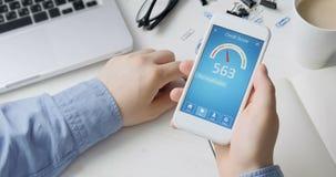Verificando a pontuação de crédito no smartphone usando a aplicação O resultado é BOM vídeos de arquivo