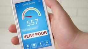 Verificando a pontuação de crédito no smartphone usando a aplicação O resultado é MUITO POBRE filme