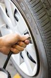 Verificando a pressão de pneumático. Foto de Stock Royalty Free