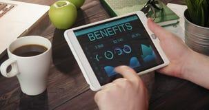 Verificando registros dos benefícios usando a tabuleta digital vídeos de arquivo