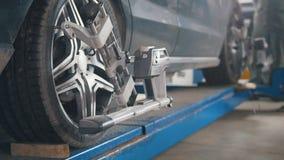 Verificando a roda no serviço do automóvel da garagem, fim acima Fotografia de Stock