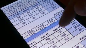 Verificando a situação financeira dos negócios na tela do smartphone filme