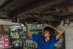 Verificando um carro na garagem foto de stock
