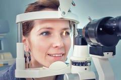Verificando a visão em uma clínica do futuro fotos de stock royalty free