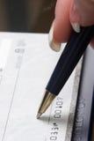 Verificação de assinatura da mulher Foto de Stock Royalty Free