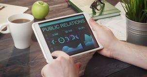 Verificar relações públicas grava usando a tabuleta digital na mesa filme