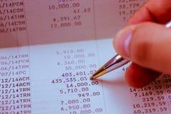 Verifieer het maandelijkse bankafschrift Stock Fotografie