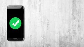 Verifieert pictogram op zwarte smartphone op witte geweven achtergrond royalty-vrije stock afbeelding