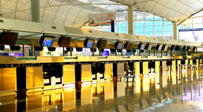 Verifique dentro contadores do aeroporto internacional de Hong Kong Fotos de Stock