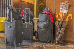 Verifique em um hotel Muitos malas de viagem e sacos estão na entrada fotos de stock royalty free