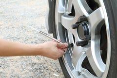 Verifique a pressão dos pneus Fotografia de Stock