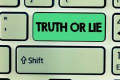 Verità o bugia del testo di scrittura di parola Il concetto di affari per la decisione fra essere dubbio Choice disonesto onesto  immagine stock libera da diritti