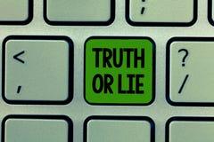 Verità o bugia del testo di scrittura di parola Il concetto di affari per la decisione fra essere dubbio Choice disonesto onesto  fotografia stock libera da diritti