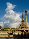 Veritical-Ansicht von Wat und von Pagode mit weißer Wolke, Birma (Myanma Lizenzfreie Stockfotos