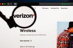 Verizon företagslogo som är synlig till och med ett förstoringsglas royaltyfri bild