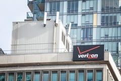 Verizon-Logo auf ihrem Hauptbüro in Toronto, Ontario Verizon ist amerikanische Telekommunikation und Telefongesellschaft, Förderm stockfotos