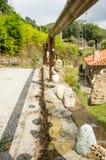 Verja de madera con las piedras colgadas Imagenes de archivo