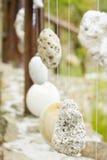 Verja de madera con las piedras colgadas Fotografía de archivo libre de regalías