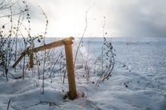 Verja de madera en invierno Fotos de archivo