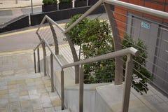 Verja de plata que lleva abajo de los pasos Foto de archivo