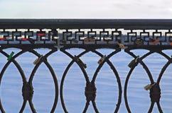 Verja del hierro en el parque Imagenes de archivo