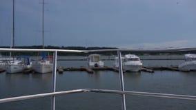 Verja en el arco del primer del barco, fondo borroso de los yates almacen de metraje de vídeo