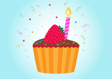 Verjaardag cupcake, kaars en een aardbei op bovenkant Stock Foto's