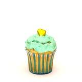 Verjaardag cupcake met boterdieroom op wit wordt geïsoleerd Stock Afbeeldingen