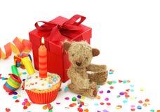 Verjaardag cupcake met giftdoos stock afbeeldingen